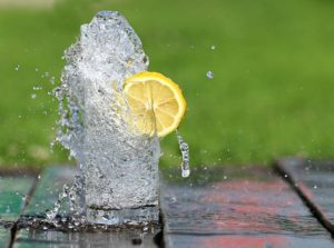 L'eau citronnée peut être un succédané du café